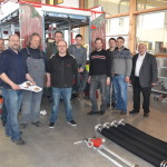 Voller Optimismus ging es an das Beladen des fast fertigen Feuerwehrautos. Bürgermeister Lorenz Enslein (rechts) zeigte sich vom Fachwissen der Aufbauer sehr beeindruckt.